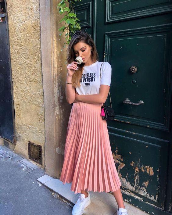 Ideas de outfits con faldas plisadas y tenis