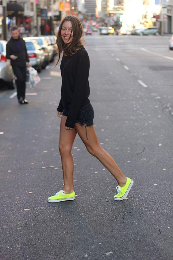 Outfits con shorts de mezclilla y tenis neón