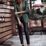 Outfits de leggins de cuero con blazer