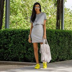 Vestidos con tenis neón