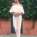 Outfits con palazzo en colores claros