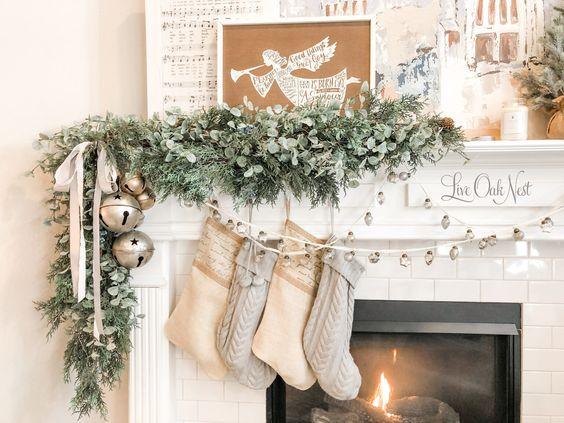 Área de chimenea estilo french country navideña