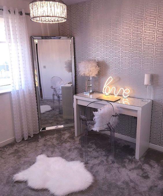 Área del tocador en dormitorio de mujer