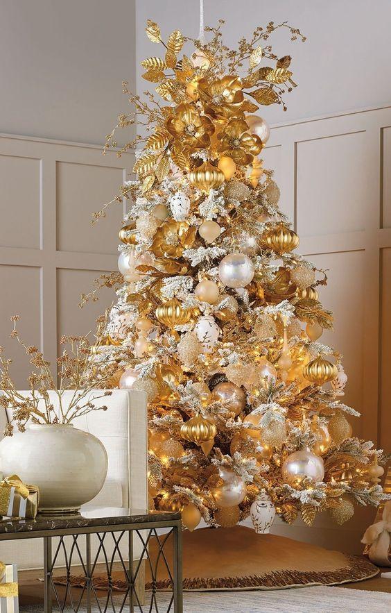 Árboles de navidad decorados en dorado