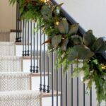 Decoración navideña color verde para el área de las escaleras