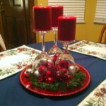 Centros de mesa navideños en bandeja con esferas