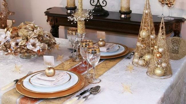 Mesa para la cena navideña en dorado