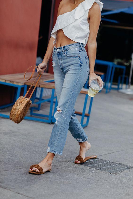 Jeans de mezclilla con flip flops