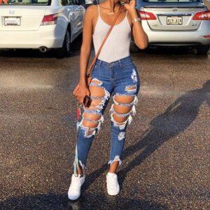 Outfits con jeans rotos y tenis