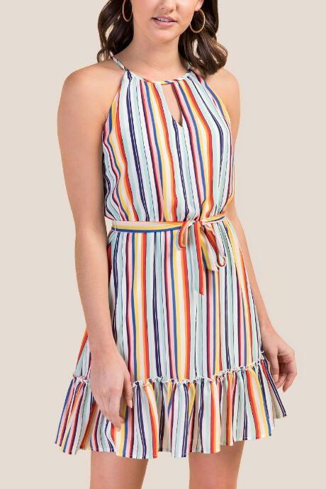 Combina vestidos midi con sandalias straps