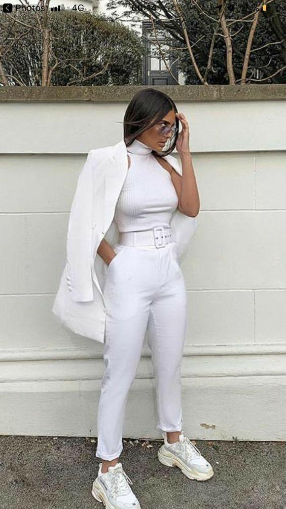 Combina tus pantalones blancos con blazer