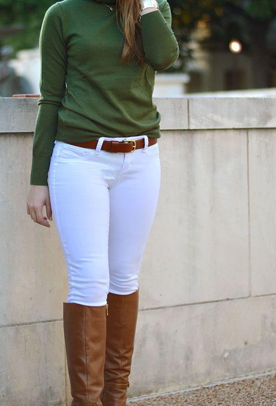 Pantalones blancos combinados con botas largas