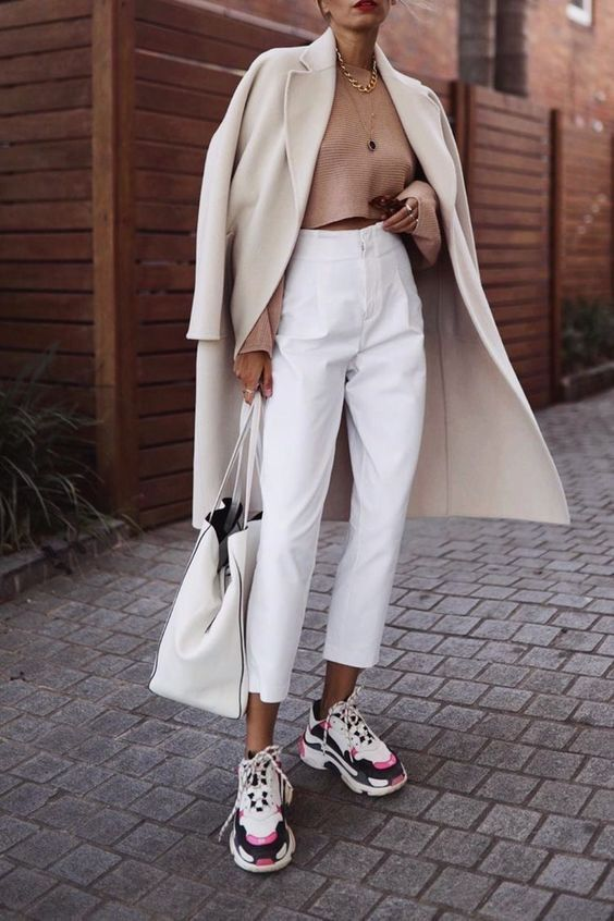 Looks con pantalones blancos con abrigos largos