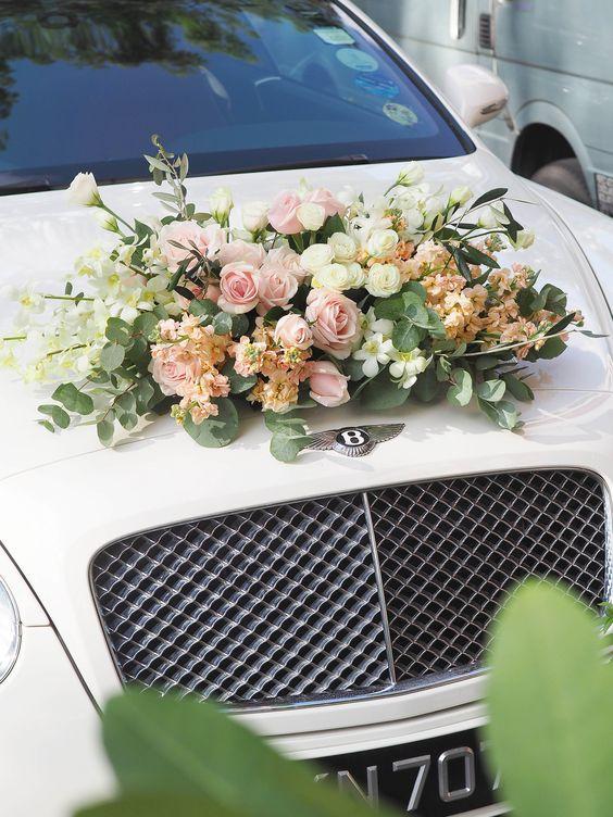 Adornos florales para el carro de bodas