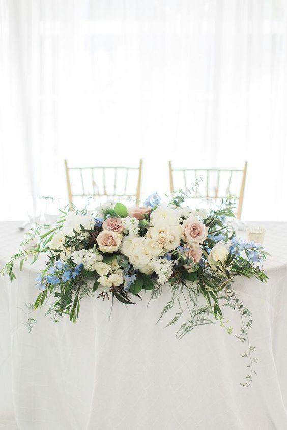 Cómo decorar la mesa de los novios con adornos florales