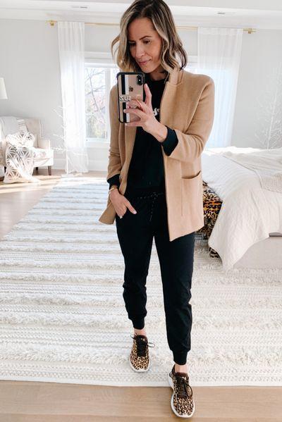 Look básico con blazer color camel