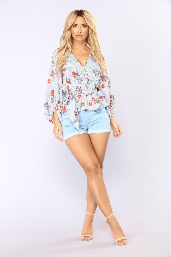 Outfit con short y blusa floreada con tacones