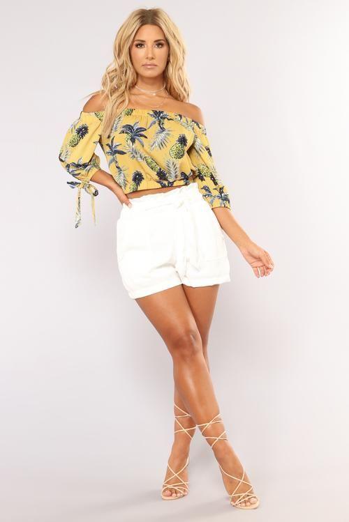 Outfit con short blanco y blusa off the shoulder