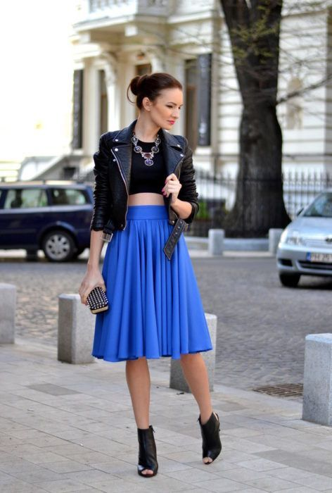 Outfits de chaqueta de cuero con faldas midi plisadas