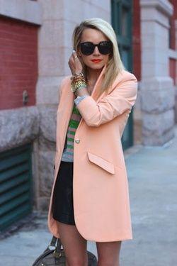 Outfit de falda negra con blazer salmón