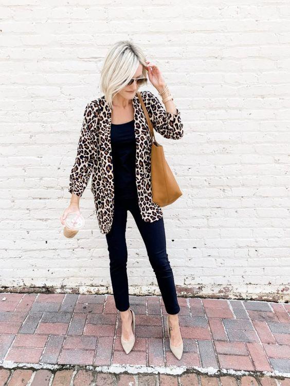 Jeans de mezclilla con blazer animal print para mujeres maduras