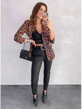 Looks en negro con blazer animal print