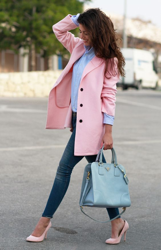 Looks con jeans, blazer rosa y zapatillas