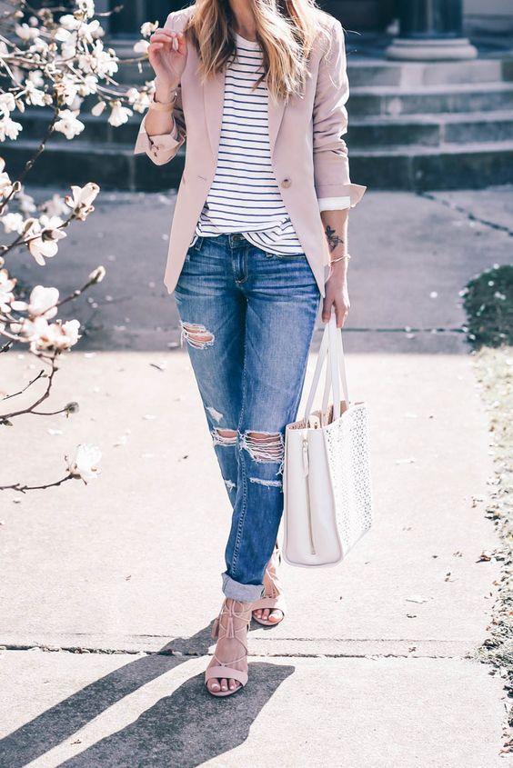Jeans de mezclilla con blazer rosa claro