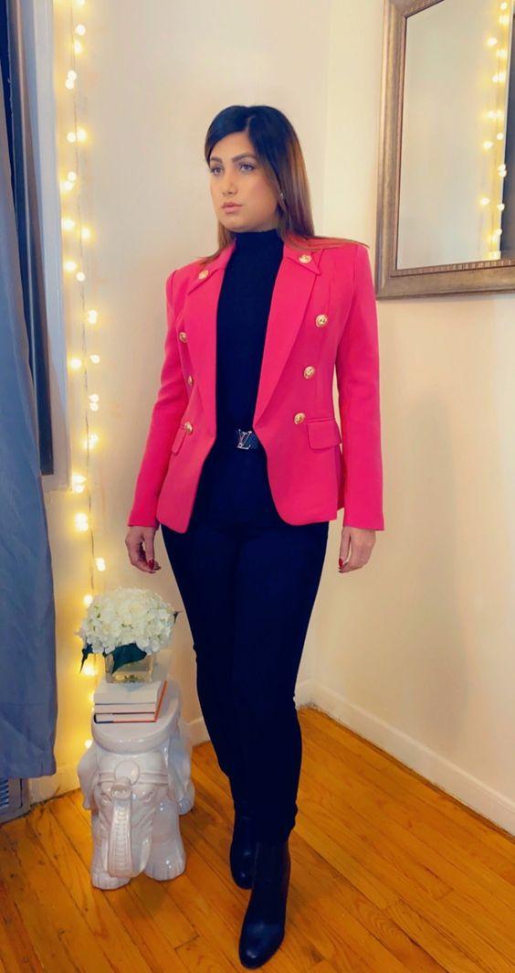 Combinación de blazer rosa y pantalones de mezclilla