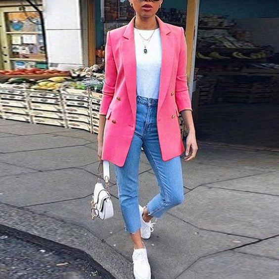 Jeans de mezclilla con blazer rosa y tenis