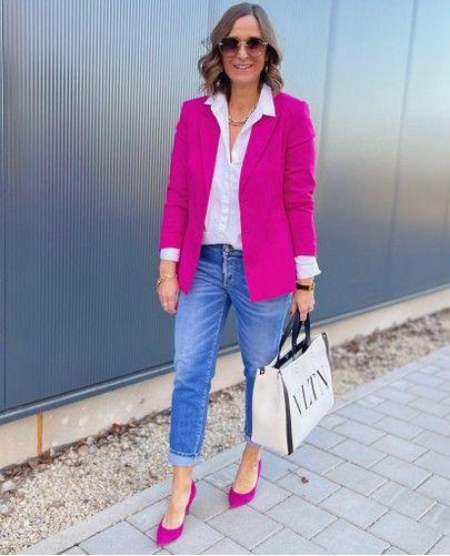 Blazer rosa fucsia con jeans de mezclilla