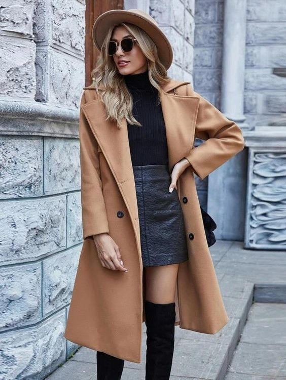 Usa abrigos largos encima de faldas o vestidos