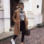 Combina tu abrigo largo con tenis básicos