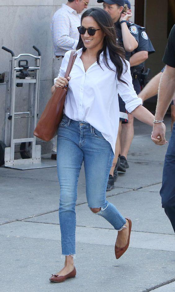 Jeans de mezclilla con camisas blancas