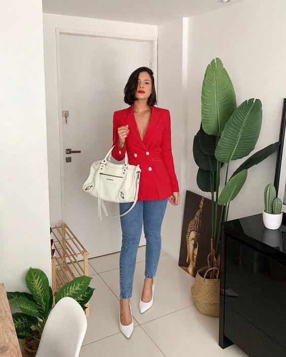 Outfits con jeans de mezclilla y blazer rojo
