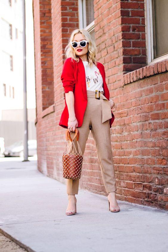 Usa pantalones camel con un blazer rojo si eres una mujer madura