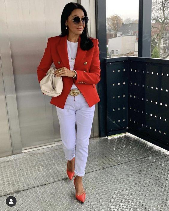 Jeans blancos con blazer rojo