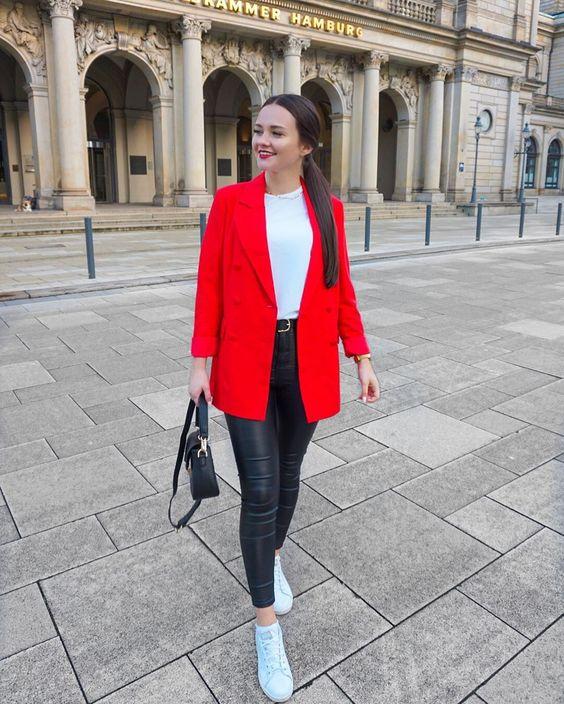 Jeans de mezclilla con blazer rojo y botines negros