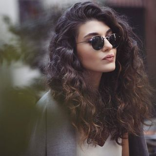 Corte corto para pelo con rizos o rulos