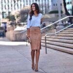 Usa faldas midi fluidas para la oficina