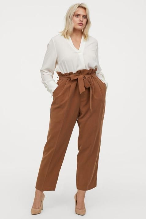 Outfits con pantalones estilo trousser para chicas con curvas