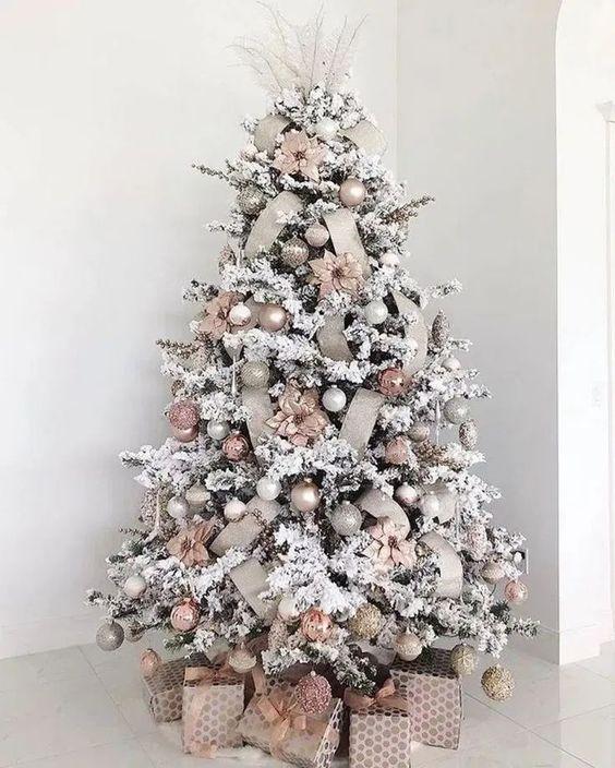 La decoración del árbol de navidad en colores cálidos