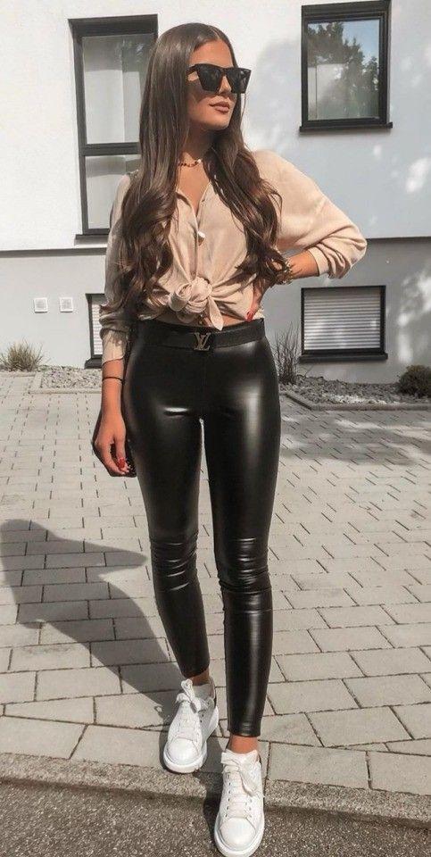 Combina leggins negros con una camiseta con nudo al frente