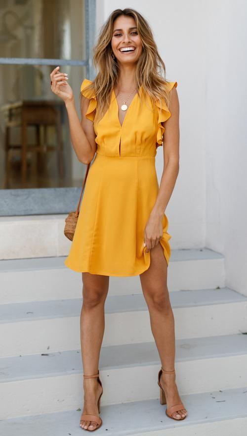 Diseños de vestidos en color mostaza