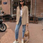 Jeans con blazer y tenis