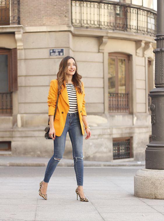 Blazers de colores con jeans de mezclilla