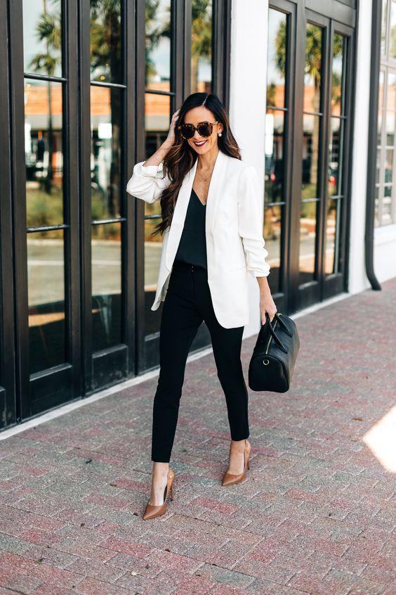 Outfits elegantes con blazer blanco para mujeres maduras