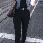 Usa jeans en colores oscuros