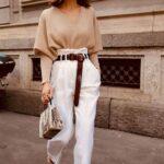 Viste con pantalones jogger color blanco