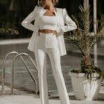 Viste con traje sastre color blanco